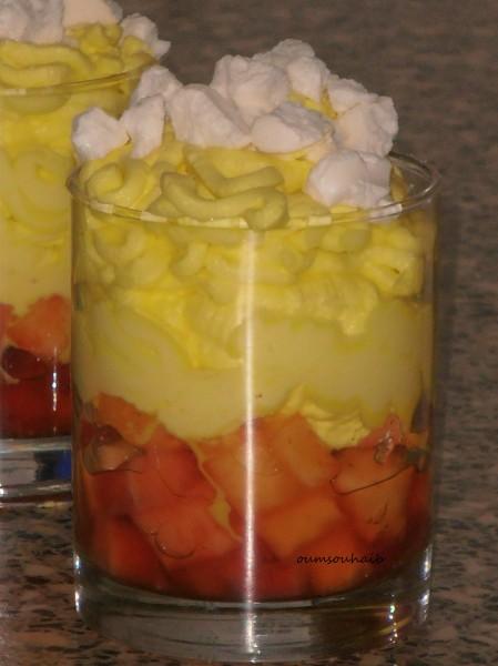 verrines fraises ananas chantilly et éclats de meringues