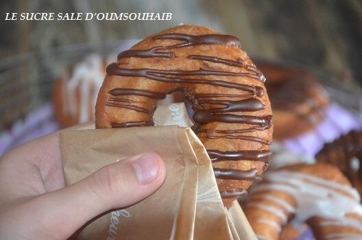 beignet avec glaçage au chocolat